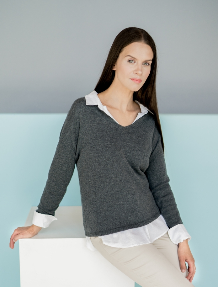 Classic V-neck cashmere sweater. Photo Nr. 2