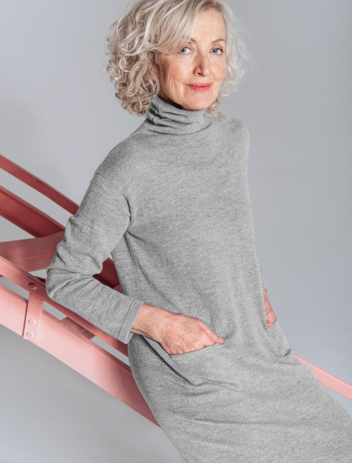 Long turtle neck cashmere blend dress with pockets. Photo Nr. 3