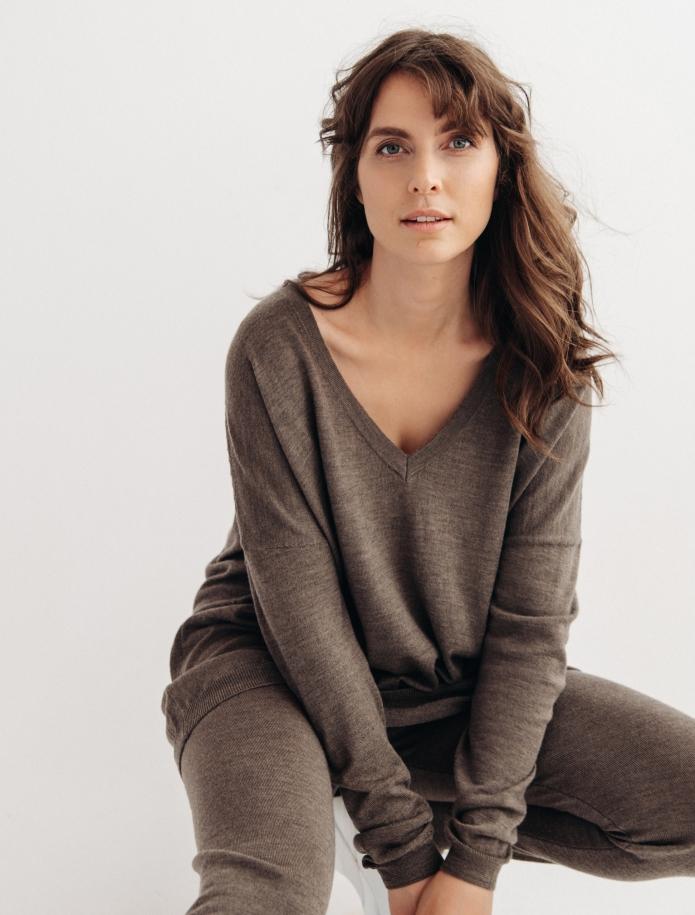 Oversized merino wool V-neck sweater. Photo Nr. 3