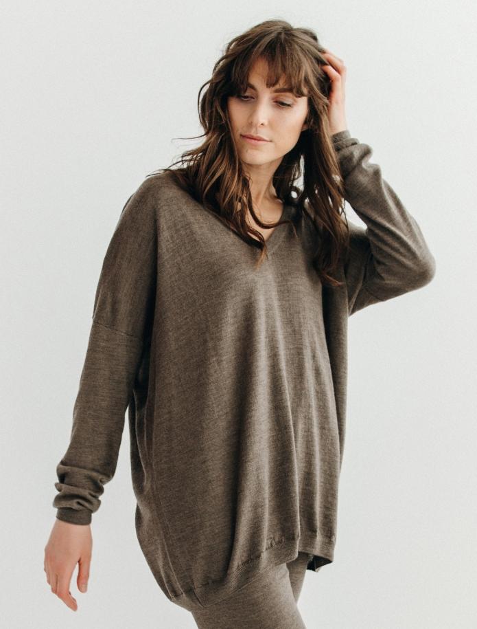 Oversized merino wool V-neck sweater. Photo Nr. 7
