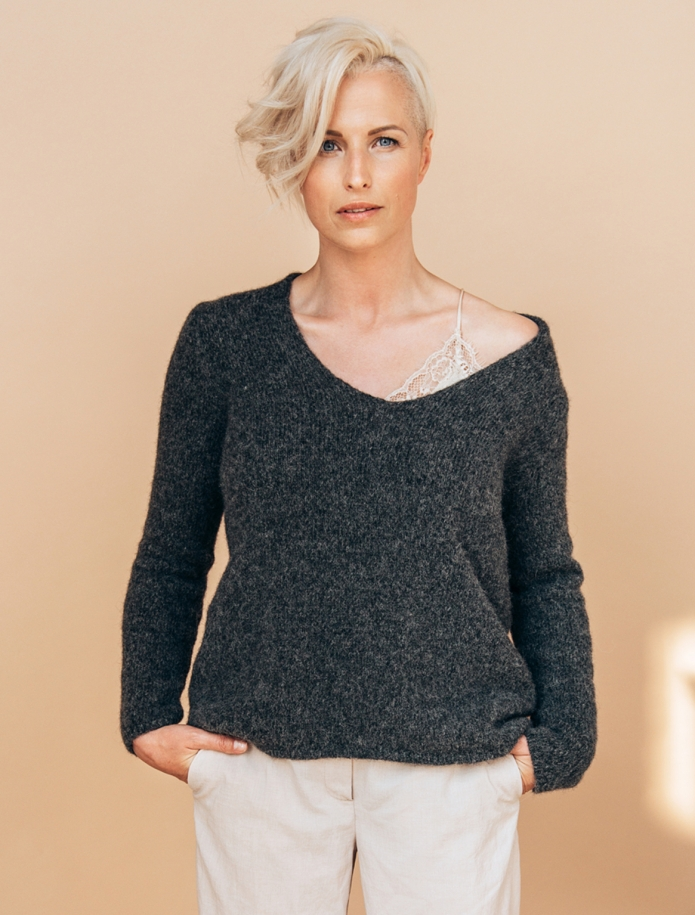 Alpaca and wool blend V-neck sweater. Photo Nr. 1