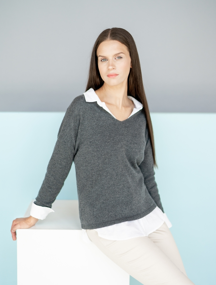 Classic V-neck cashmere sweater. Photo Nr. 5