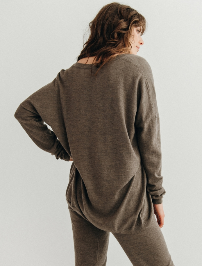 Oversized merino wool V-neck sweater. Photo Nr. 6