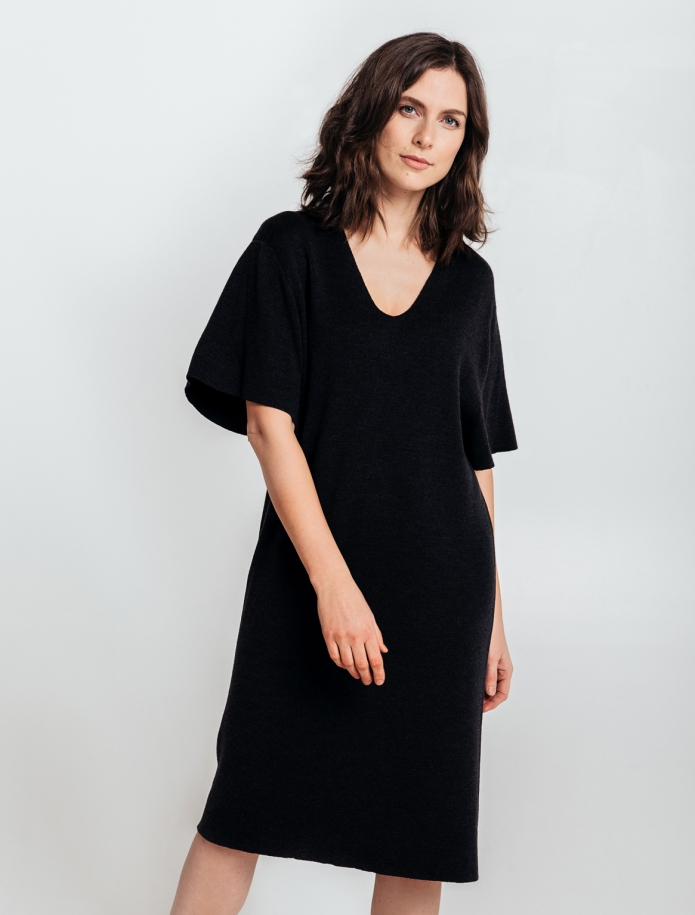 Merino wool oversize dress with V-neck and mid length sleeves. Photo Nr. 2