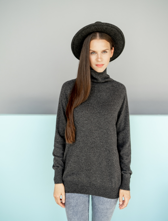 Oversized cashmere and merino blend turtleneck sweater. Photo Nr. 1