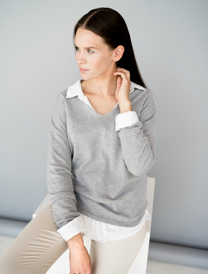 Classic V-neck cashmere sweater. Photo Nr. 3
