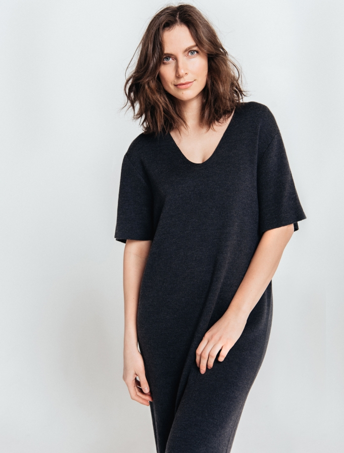 Merino wool oversize dress with V-neck and mid length sleeves. Photo Nr. 1