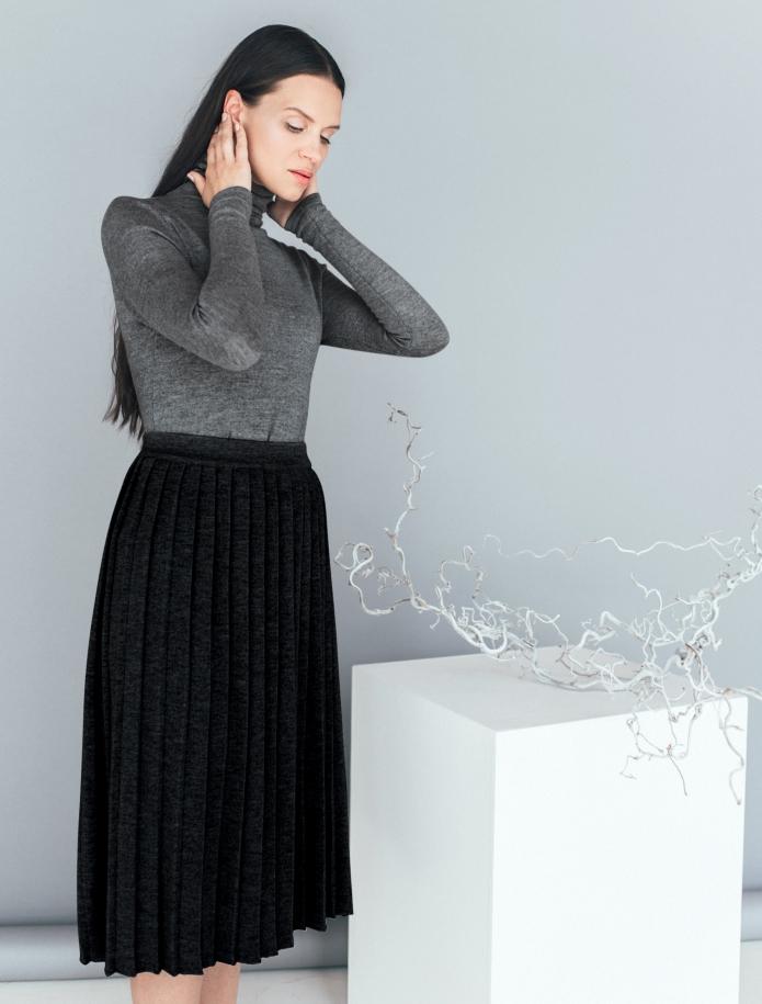Merino wool pleated midi skirt. Photo Nr. 1