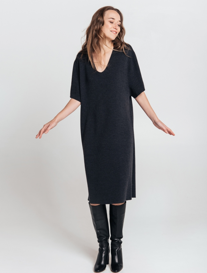 Merino wool oversize dress with V-neck and mid length sleeves. Photo Nr. 3