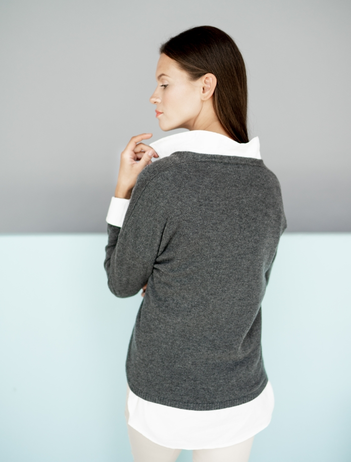 Classic V-neck cashmere sweater. Photo Nr. 7